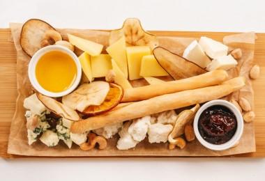 Сырная плата с фруктовыми чипсами