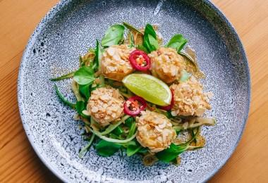 Тигровые креветки в арахисе с тайским салатом из огурцов