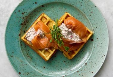 Вафли c лососем слабой соли и соусом тар-тар